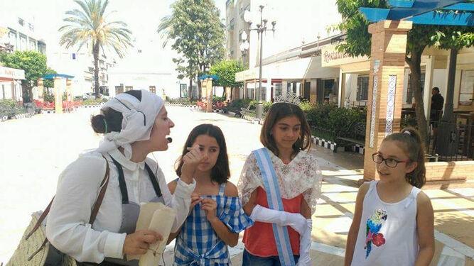 Los menores también participan en este recorrido por la historia del municipio isleño.