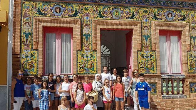 Los participantes en la ruta teatralizada, delante de la casa de Don Justo.