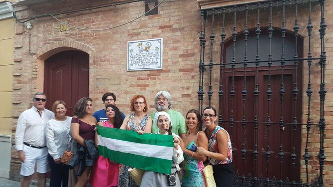 Un grupo de visitantes, a las puertas de la casa donde vivió Blas Infante en Isla Cristina