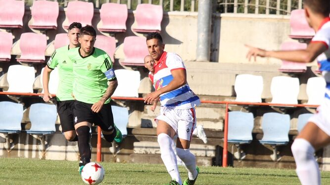 El puntaumbrieño Antonio Domínguez, con el brazalete de capitán del Decano, persigue a un rival; a la derecha, otro lance del encuentro disputado ayer en Cartaya.