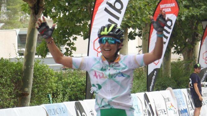 Miriam Palacios cruza la meta y se proclama campeona de España júnior.