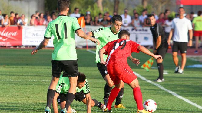 A la izquierda, Mena intenta zafarse de Vila y Casado ante la mirada de David Segura. A la derecha, Yan Eteki y Traoré pugnan por un balón en el centro del campo.
