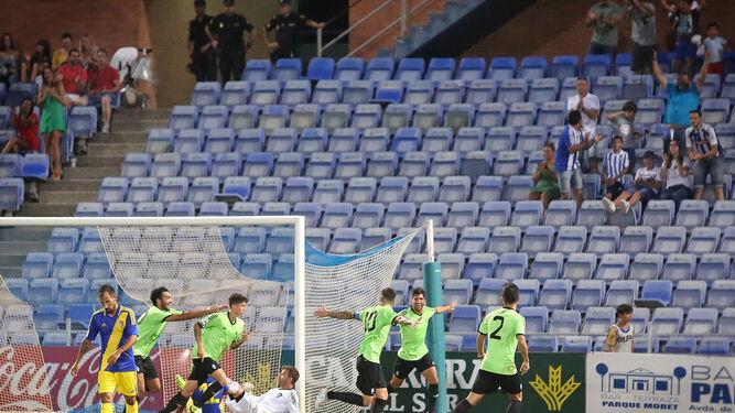 David Segura celebra el tanto de la victoria recreativista frente al Cádiz.