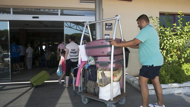 Llegada de turistas a un hotel de la provincia onubense.