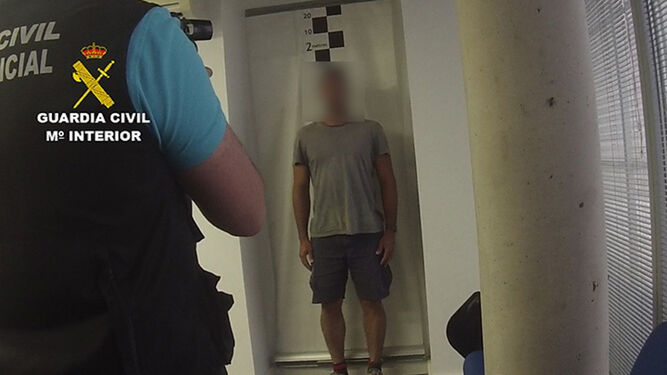 La Guardia Civil, fotografiando al brasileño detenido.