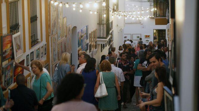 Numerosas personas acuden a la localidad para disfrutar por las calles de su original 'Paseo por el Arte'.