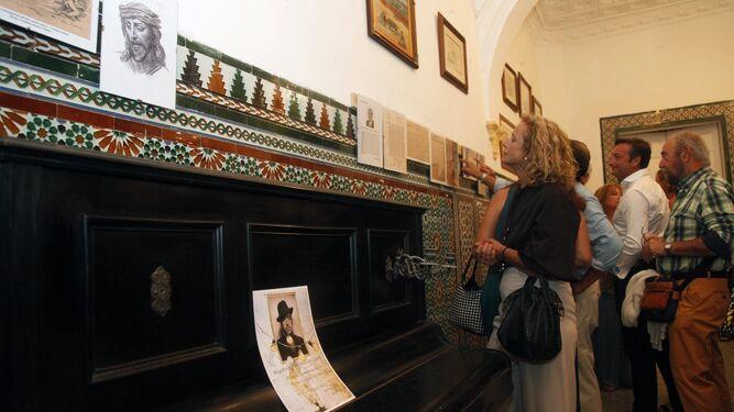 Vecinos y visitantes mira algunas de las obras de arte expuestas al aire libre en distintos puntos de la localidad y en la Casa de los Feu.