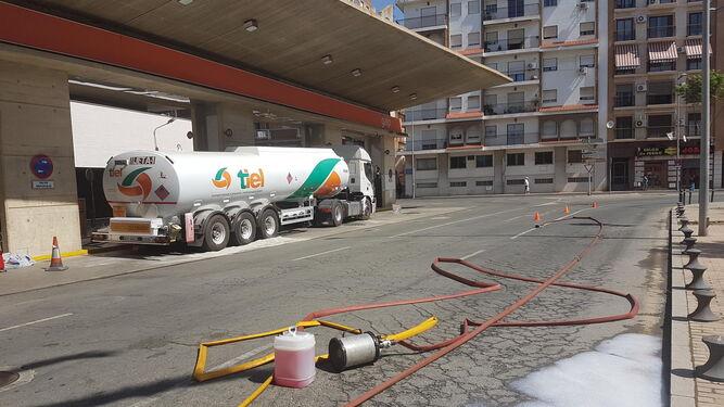 El camión cisterna que sufrió la fuga ayer, inmovilizado en la gasolinera de Galp de la avenida de Italia.