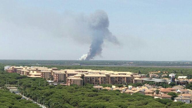 Al fondo, la zona afectada por las llamas.