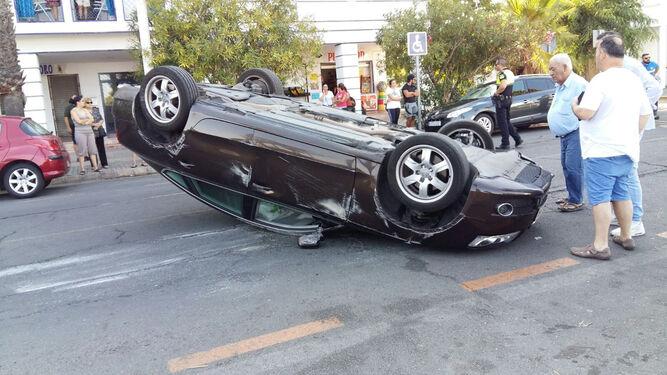 Curiosos miran el vehículo atravesado en plena avenida de Federico Silva Muñoz.