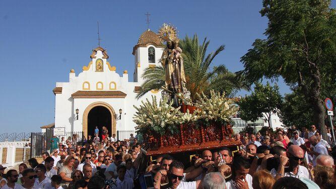 La Patrona de los Marineros sale de la capilla de Lourdes.