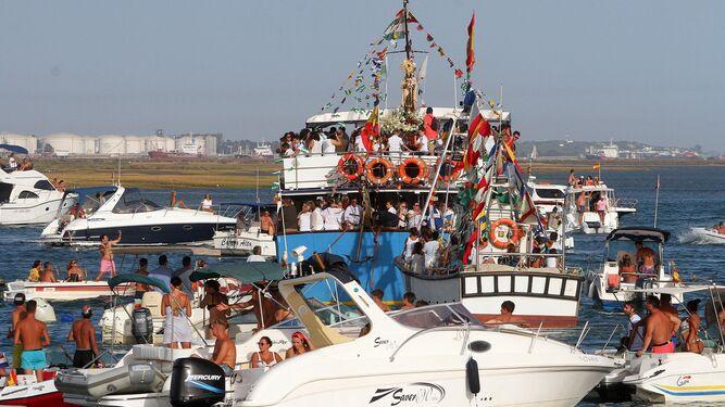 La Virgen del Carmen procesiona en barco por la Ría de Punta Umbría.