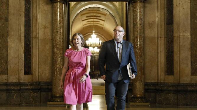 La presidenta del Parlamento catalán, Carme Forcadell, y el vicepresidente primero de la Mesa, Lluis Guinó, ayer.
