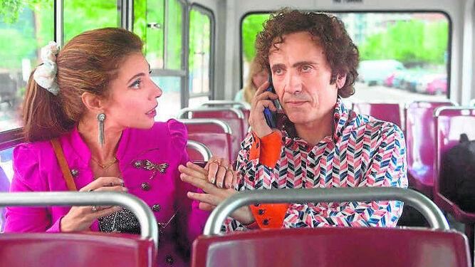 Maribel Verdú y José Mota, en un fotograma de 'Abracadabra'.
