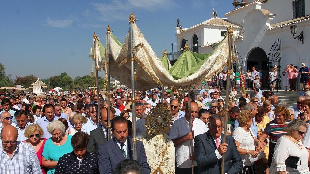 Imágenes de la misa y procesión eucarística correspondiente al Rocío Chico.