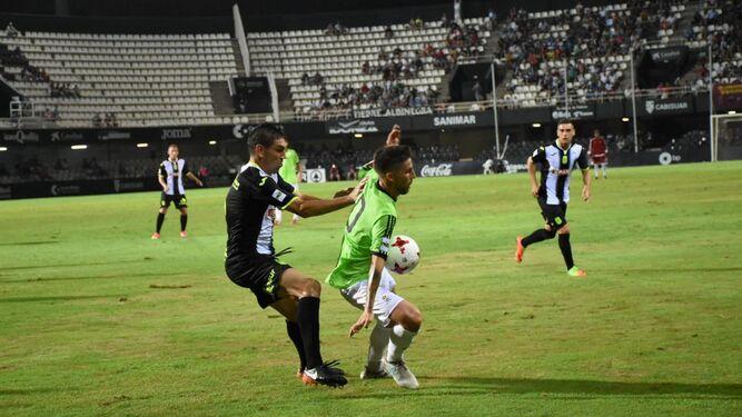 Domínguez es derribado por un defensor.