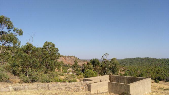Antiguo depósito de agua al aire libre en la zona, donde se ubicará la EDAR.