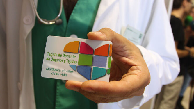 Un médico muestra la tarjeta de donantes de órganos y tejidos.