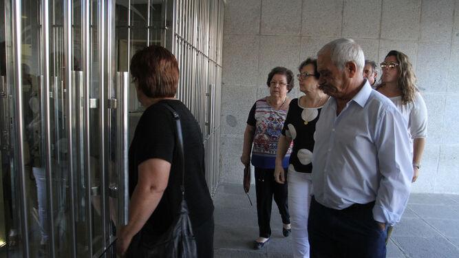 Familiares de las víctimas entran al Palacio de Justicia, entre ellos la abuela materna y el abuelo paterno de María.