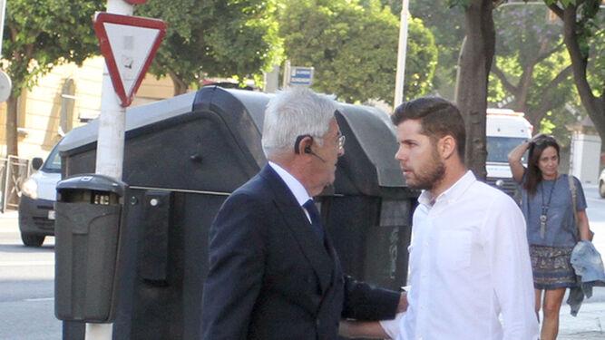 Baena Bocanegra saluda a David Medina, hermano del acusado.