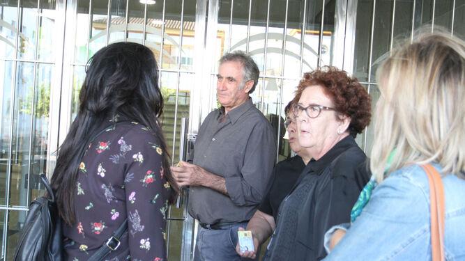 Familiares de las víctimas hablan con la periodista Almudena Pérez.