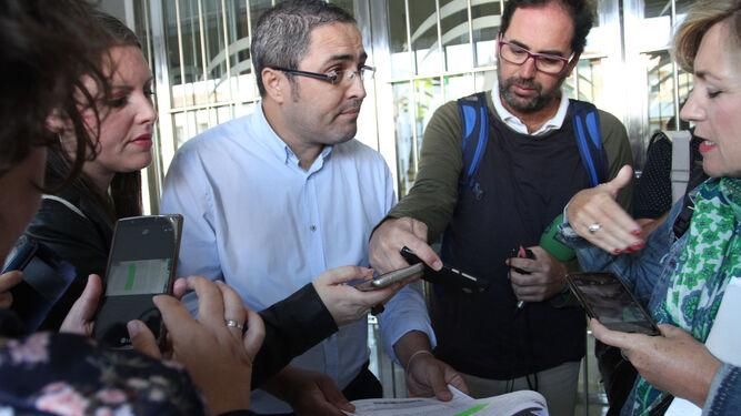 La prensa fotografía el auto del TSJA, que Aníbal Domínguez sostiene en las manos.