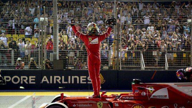 Sebastian Vettel celebra junto a sus aficionados la consecución de la 'pole' en el circuito de Marina Bay.