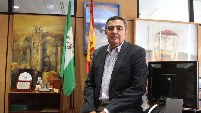 El representante de la Consejería de Educación en Huelva, Vicente Zarza, posa en su despacho de la Delegación ubicada en Zafra.