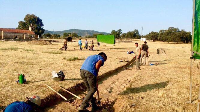 Equipo de trabajadores en la excavación.