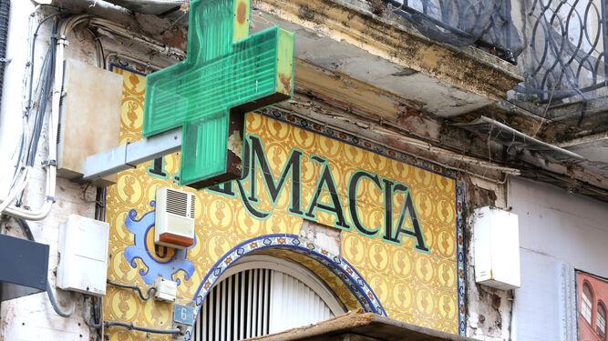 Característicos azulejos de la fachada de la farmacia.