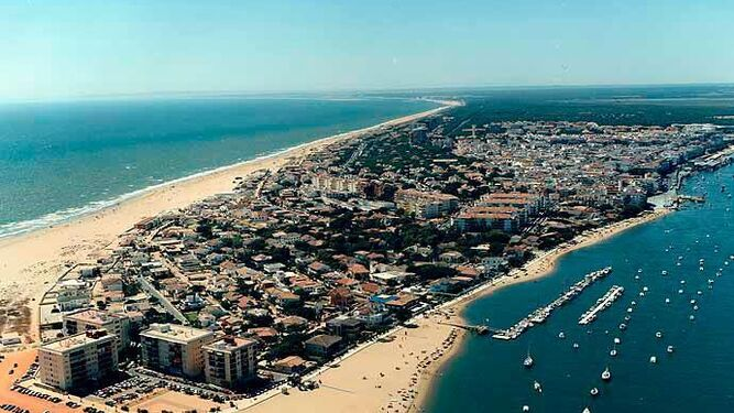 Vista aérea de Punta Umbría en la que se aprecia el casco urbano entre la ría y el mar.