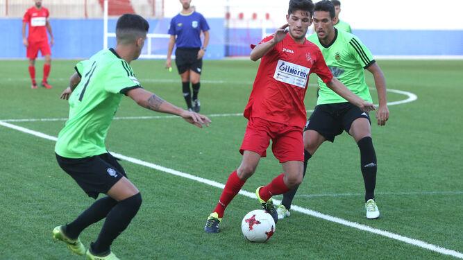 Ale Zambrano persigue a un futbolista local en un lance del encuentro de ayer en La Palma.