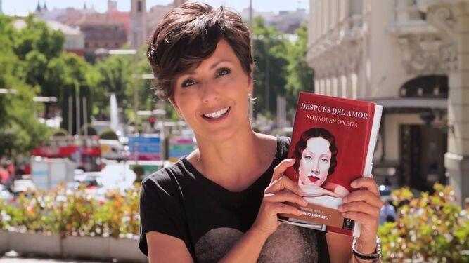 La escritora Sonsoles Ónega (Madrid, 1977) posa en una imagen promocional para 'Después del amor'.