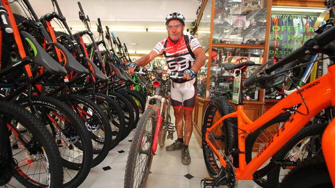 El Bocina presume de su bicicleta en las instalaciones de Sport-Bici en la capital onubense.