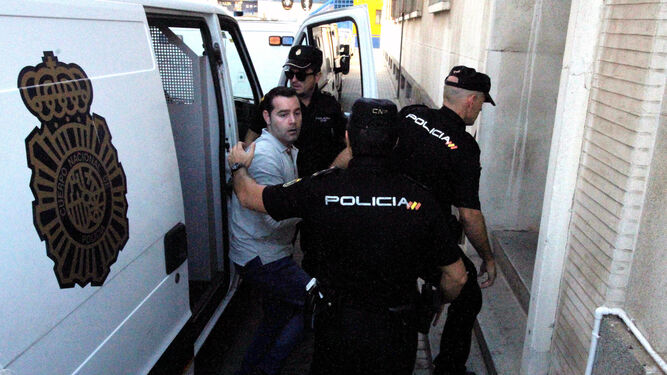Francisco Javier Medina llega en el furgón policial a la sede judicial de la Alameda Sundheim.