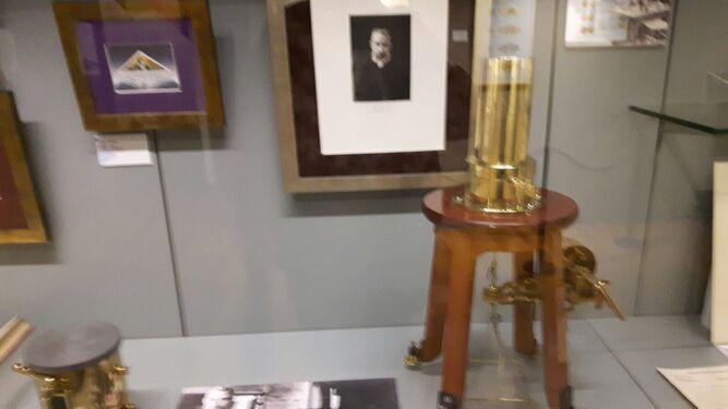 La muestra recoge algunos de los utensilios usados por Marie Curie.