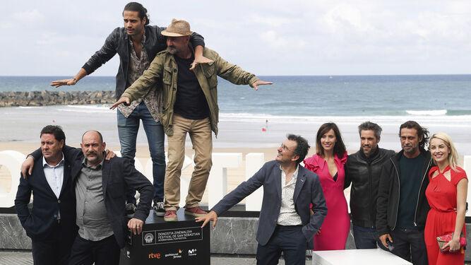 Director, productor y actores de 'Operación Concha', ayer, durante el divertido posado frente a la playa de La Zurriola.