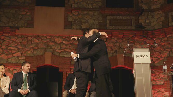 José Luis Ramos abraza a Guillermo García-Palacios.