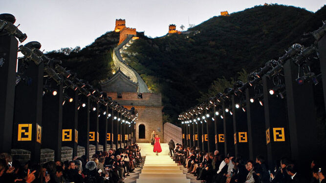 1 y 2. Fendi celebró su 90 aniversario en la Gran Muralla y el año pasado desfiló sobre la Fontana de Trevi. 3. YSL en la final del Mundial de Fútbol de 1998 4. Dior en el desierto de California. 5. Montesinos en Las Ventas 6. Hilfiger recreó un campo de fútbol americano 7. Chanel llevó a París un iceberg de los fiordos 8. YSL desfiló sobre unas escaleras mecánicas. 9. Galiano en Versalles. 10. Gucci en Westminster. 11. Vuitton en el museo de arte contemporáneo de Brasil. 12. Chanel en La Habana. 13. YSL, en el Trocadero.  14. El cohete de Chanel.