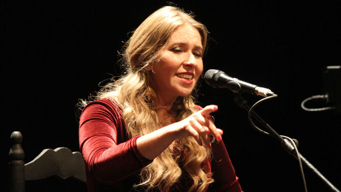 La cantaora onubense Rocío Márquez durante su actuación en el Gran Teatro de Huelva la noche del miércoles en la primera jornada del festival.