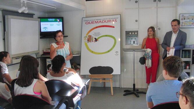 Una de las monitoras explica a los escolares las actividades.