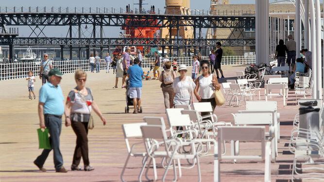 Onubenses y visitantes disfrutan del Paseo de la Ría.