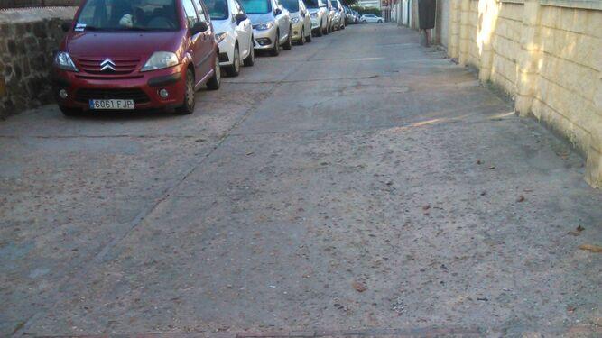 Estado que presenta el firme de la calle Gibraleón, ubicada en la barriada Tartessos, sin asfaltar y sin acerado.