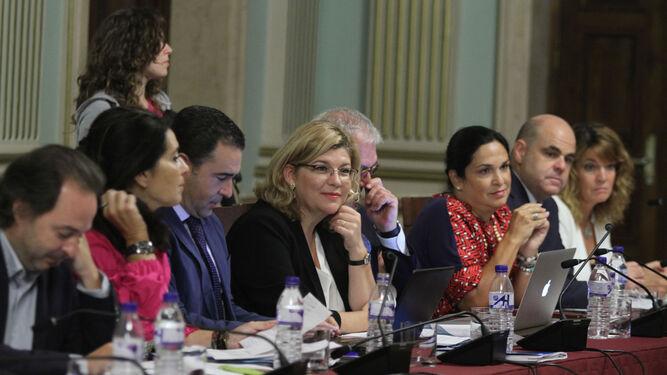 El presidente del PP andaluz comparte confidencias con Beltrán Pérez, portavoz del grupo municipal sevillano.
