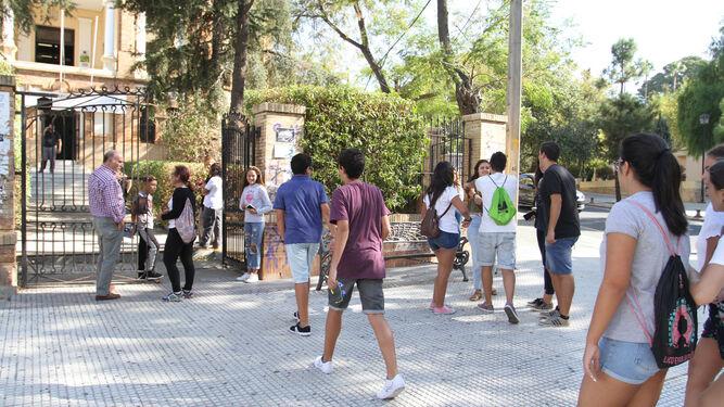 Alumnos acceden al IES Rábida en el primer día del curso actual.