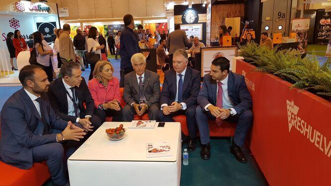 Estand de Freshuelva en la feria madrileña con el delegado del Gobierno en Huelva, Franciso Romero.