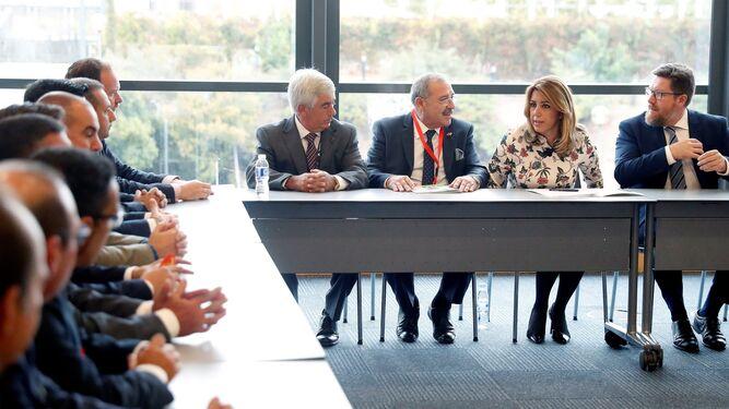 La presidenta de la Junta de Andalucía en una reunión que mantuvo con los empresarios hortofrutícolas, entre ellos los onubenses.