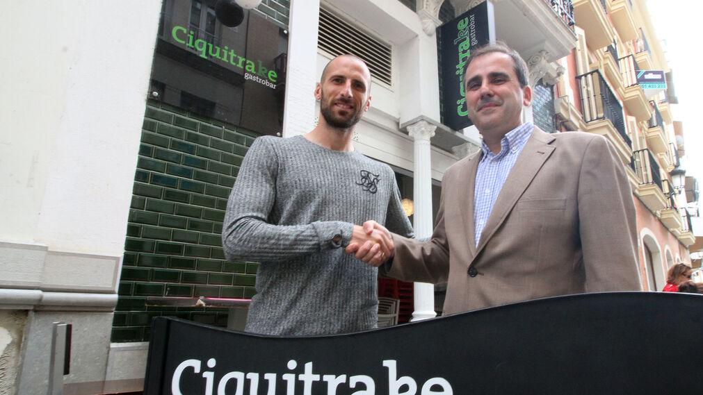 Imágenes de Iván Malón y Paco Aguado en la Tertulia Deportiva de Huelva Información.