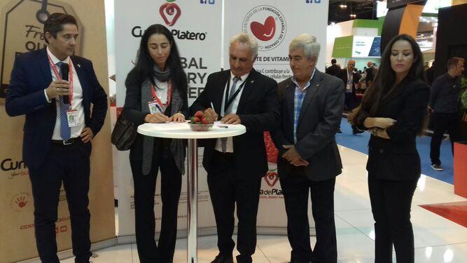 El presidente de Cuna de Platero, José Manuel Márquez, y la presidenta de FEC, Inés Galindo, firman el convenio.