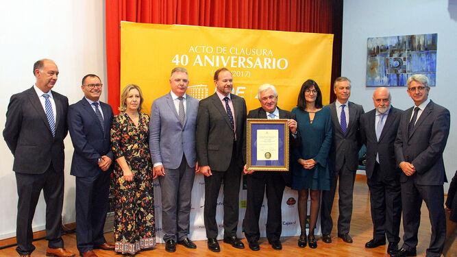 Miguel Palacios posa con el galardón junto a José Luis García-Palacios; el delegado del Gobierno de la Junta, Francisco Romero; la rectora, María Antonia Peña y el resto de directivos de la FOE.